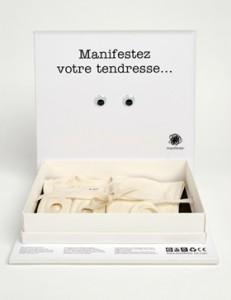 Coffret cadeau naissance pour manifeste, avec un habillage ludique : de petits yeux mobiles, comme sur les cartes postales.