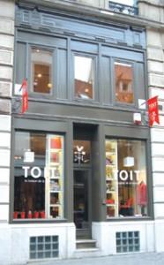 Une vue de la façade imaginée pour le magasin : le logo très naturellement décliné en volume, et en « fanions » …