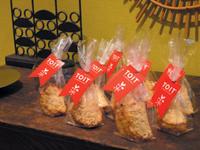 Cadeau de bienvenue : initié par Fabrice Praeger, il prend la forme d'un sachet de gâteaux (des Tuiles !) qu'il recommande d'offrir en les qualifiant de « spécialité maison » ! Un présent bienveillant qui, pour autant, a le mérite (inhérent et stratégique) de véhiculer la carte de visite de TOIT.